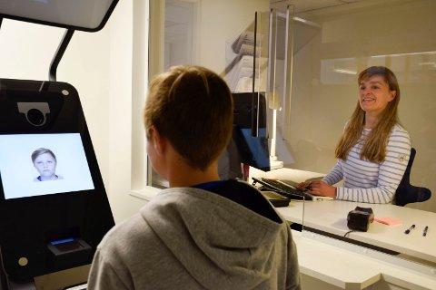 PLANLEGGE: Nå må du planlegge bedre for å fornye passet ditt. Jorunn Svindal ved passkontoret og hennes kolleger tar ikke lenger imot drop-in-kunder.
