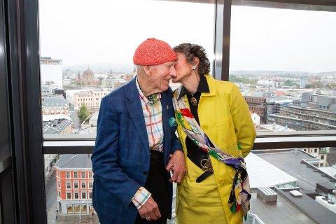 DAGLIG KYSS: Hver dag får Olav Thon et kyss på kinnet av Sissel Berdal Haga før han drar på jobb.