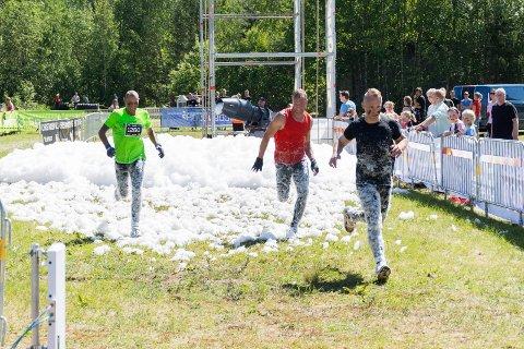 ALLER FØRST: Andreas Haukeland, Stian Risberg og Atle Haukeland var de aller første som fullførte 5-kilometeren. Det endte i et heftig spurtoppgjør.