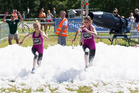 SØSTRE SPURTER: Wilma og Selma Hamborg spurter mot mål - garantert som to av de yngste på 5-kilometeren i Villmann.
