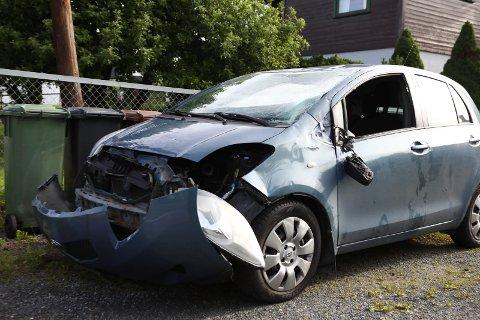 SKADER: Bilen som kjørte av veien fikk store skader, men føreren kom fra uhellet med bare mindre skader.
