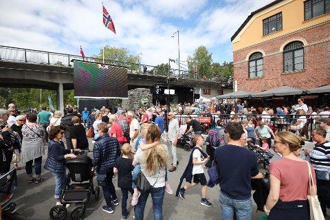 GODT OPPMØTE: Det har samlet seg mye folk ved Gledeshuset og Glatved brygge søndag. Her foregår det mye!