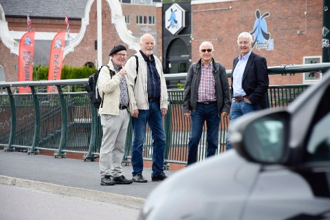 BYPLAN: Firemannsgruppen: fra venstre Ole Haakon Opperud, Jan Solgård, Arne Sørland og Erik G. Karlsen på bybrua.