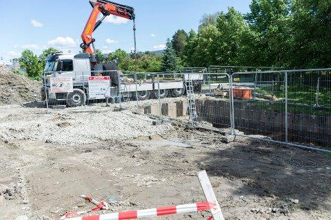 OVERVANN: Fra dette hullet ved Livbanen skal det trekkes ny overvannsledning til Ringerike videregående skole.