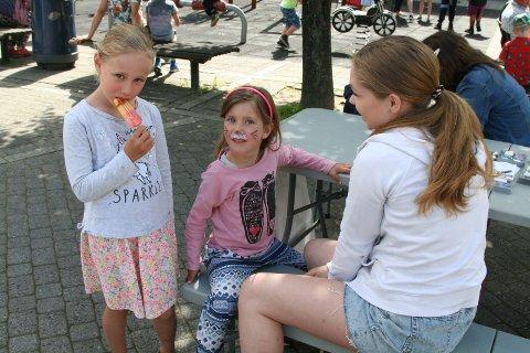 MALER FJES: Malene Sollie maler på ansiktet til Julie mens storesøster Emilie spiser is.