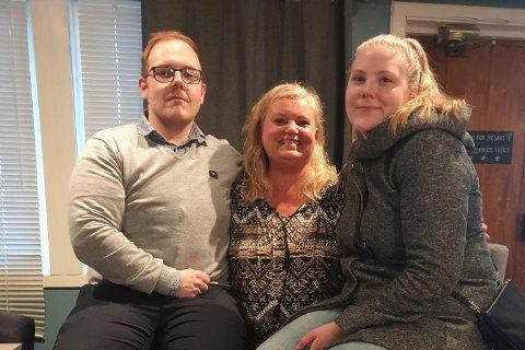 SNAKKET OM RUS: Tage Jensen (t.v.) og Katrine Kartfjord (t.h.) snakket om sine veier inn i, og ut av, rusen. I midten står sosialpedagog og terapeut Grete Karine Haugen fra Fossumkollektivet i Valnesfjord.