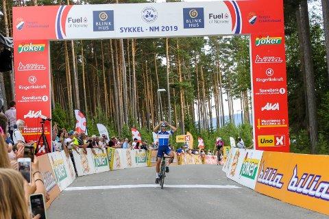NM-GULL: Her sykler Sakarias  Løland fra Ringerike Sykkelklubb inn til suverent NM gull i juniorklassen.