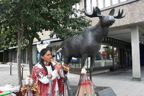 EKSOTISK OPPTREDEN: Luis Remacj fra Equador fylte  Søndre torg med fløytemusikk, og gledet både store og små, og muligens elgen, som ufrivillig overværte det hele.