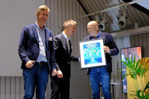 GIKK TIL TOPPS: NVE-sjef Kjetil Lund overrakte prisen til konsernsjef Ole Sunnset (til høyre) og nettsjef Jan-Erik Brattbakk i Ringerikskraft.