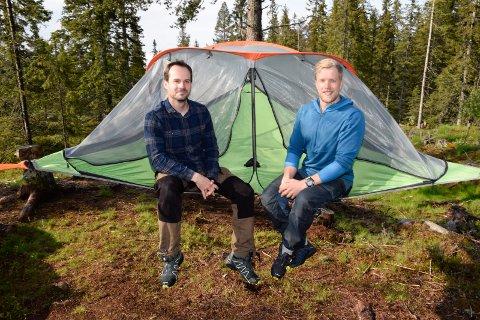 SVEVETELT: Endre Solhjem Knutsen og Espen Sparstad vil tilby overnatting i svevetelt, som er festet i tre trær.