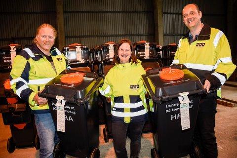 NYE DUNKER: Arild Kristoffersen, Åse Toril Krågsrud og Jon Martin Vaskinn med to av de nye glass- og metalldunkene som nå leveres ut til innbyggerne i distriktet.