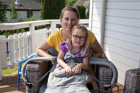TRYGG: For tre år siden satt 10 måneder gamle Elise trygt i bæreselen på mamma Ingunns mage da de gikk seg vill. Hun skjønte ikke så mye av det som skjedde og fikk blåbær da hun ble sulten.