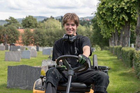 SOMMERJOBB: Michael Schippers fikk flere tilbud om sommerjobb, men da hadde han takket ja til jobben på kirkegården. - De fleste jeg kjenner vil ikke ha sommerjobb, men jeg synes det er greit.