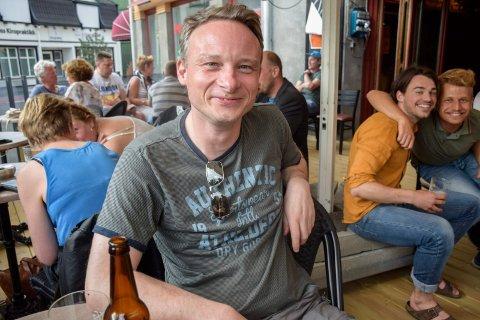 DEN FØRSTE: – Jeg kom kvart på åtte og var førstemann til å kjøpe øl i kveld. Den smakte! forteller Pål Nygård (44).