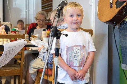 """FESTGENERAL: Amund August Thulin Nyhus (4) hadde en T-skjorte med festlogo, """"Gamlefest 2019"""". Kongen og Dronningen kom ikke, men det gjorde over 40 andre Holeværinger."""