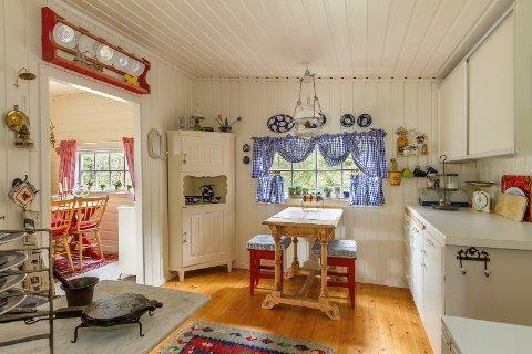 HYTTE-HYGGE: Hvem kan unngå å kose seg i en hvitmalt, hyggelig hytte med utsikt over Randsfjorden?