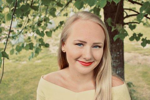 STUDERER I HØNEFOSS: Tina Myhre Næsseth (20) fra Lillehammer trives som student på campus Ringerike. – Studentlivet må bare nyes, sier hun, og priser friheten i hverdagen høyt. Foto: Privat