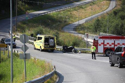 MC-ULYKKE: En MC-fører har kollidert med autovernet på E16 i Jevnaker. Luftambulanse er på vei til ulykkesstedet.