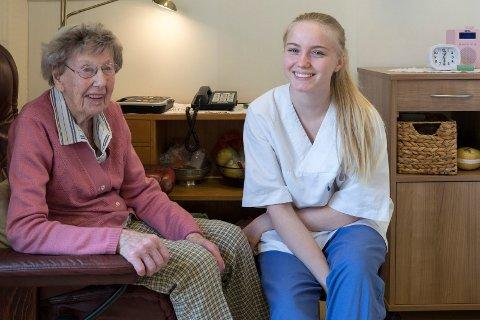 PRATESTUND: Ragna Bjerke (103) synes det kan bli litt ensomt og at det er få hun kan prate med. Da er Tuva Tiseth Syversen (17) god å ha.