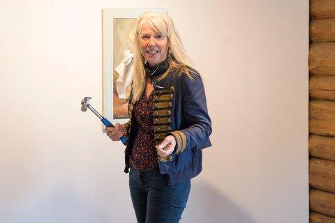 ALENE: Gallerist og kunstner Elenor Martinsen gjør alt selv nå. En tung periode med motlsøhet og sykdom er snudd til trivsel og gode dager hos Galleri Klevjer.