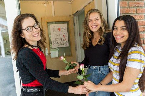 VARM VELKOMST: Loelle Tenold gir Hadassa og Vitoria en hyggelig velkomst til internatet på Tyrifjord videregående skole.
