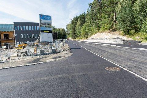 ÅPNER FREDAG: Hovsmarkveien er ferdig asfaltert fra Elling M. Solheims vei, og åpner fredag klokken 13. Nå er det laget fortau på begge sider av veien.