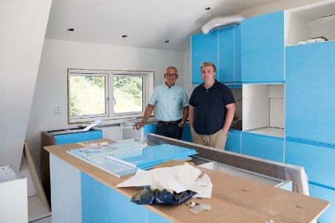 PARKGATA: Ola og sønnen Martin Holthe har startet en liten familiebdrift for å drive med hobbyen sin. - Vi har ingen planer om å bli store og ha masse ansatte, sier de.