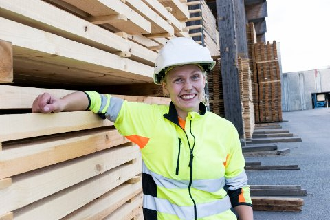 GODE TIDER: Maia Andresen (29) jobber på høvleriet på Soknabruket, som leverte meget solide resultater i fjor.