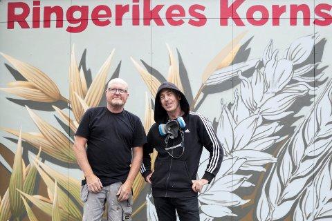 BEGEISTRERT: Næmeste nabo, Erik Halvorsen, synes grafittien til Børge Brekke er flott: - Nå skal jeg sette meg foran huset og bare kikke på kornet, sier Erik.