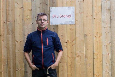 PLUTSELIG: Arild Berg ble plutselig en dag møtt av denne høye veggen. - Vi i Sokna utvikling fikk ingen beskjed og kunne derfor ikke informere videre til bygda. Jeg har fått mange henvendelser og håper kommunen kommer på banen, sier Arild.