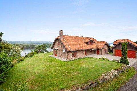 SELGES IGJEN: Eiendommen ved Bergsjø ble solgt tidligere i sommer - nå er den lagt ut på ny. Denne gang til 700.000 kroner høyere prisantydning enn salgsprisen i juli.