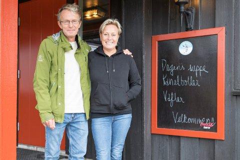 LØVLIA: Anne-Gro Holm og Tore Gjendemsjø. tok over Løvlia skistue 1. august i fjor. Politikerne sa nei til fornyet skjenkebevilling, men paret søker på nytt og håper på ja i neste runde.
