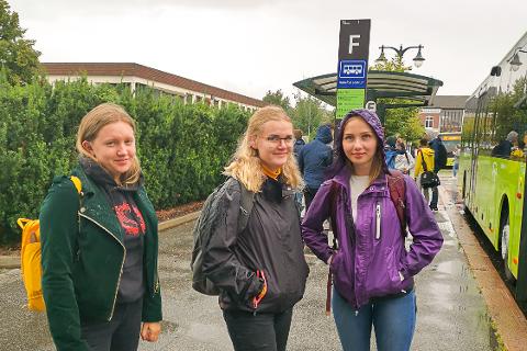 VENTER PÅ BUSSEN: Sammen med venninnene går det mye tid til å vente på neste buss ettersom skolen og Brakar ikke sammarbeider. F.V.: Helene Øverli, Sarah Kristiansen og Ida Ramona Skaslien.