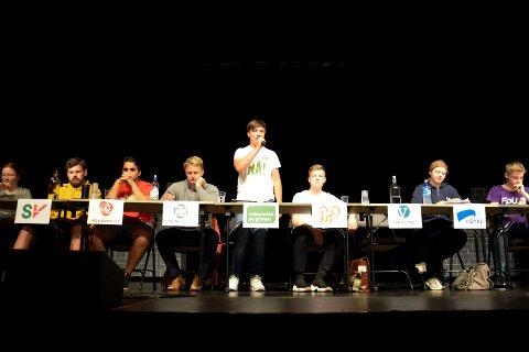 DEBATT: Skoledebatten for Hønefoss videregående skole foregikk på Byscenen. Even Jacobsen (MDG) fra Haugsbygd gjorde seg bemerket.