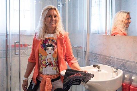 HÅRVASK: Frisørvask er innstallert på badet i den ene delen av tomannsboligen. - I stedetfor å leie ut den andre delen av tomannsboligen flyttet jeg inn frisørsalongen, sier Liss