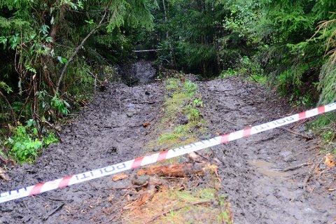 SPERRET: Politiet sperret av området etter at et lik ble funnet i Verp i Øvre Eiker.