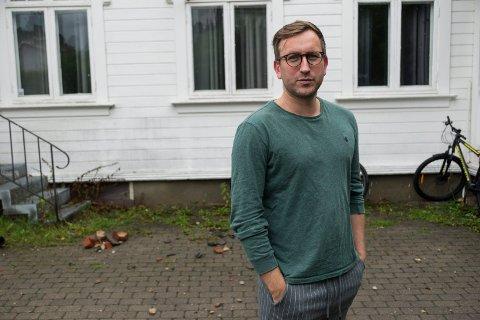 VEKKET AV LYNNEDSLAG: Da lynet slo ned i huset i Kongens gate, fikk Steffen Lien Tveter seg en skikkelig støkk. I bakgrunnen ser vi rester av pipa som falt ned i gårdsplassen.