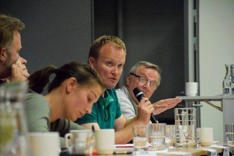 VIKTIG MED NETTDEKNING: Her er Hans-Petter Aasen (Sp) avbildet under en debatt.