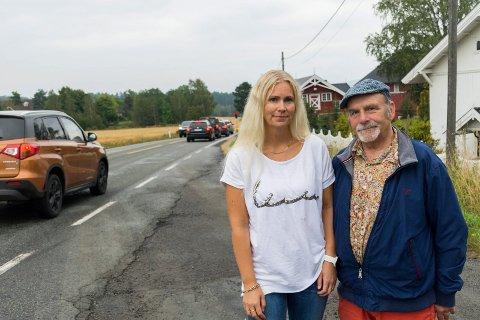 TRAFIKK: Trine Sandum og John A. Bakken vil jobbe for å få gang- og sykkelvei langs riksvei 35 mellom Nakkerud og Tyristrand. Da dette bildet ble tatt, var det også lysregulering og graving på veien i området.