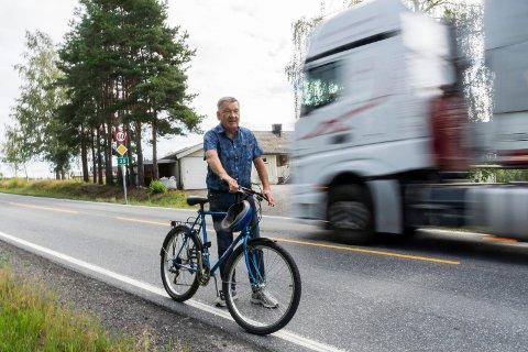 VIL HA GANGVEI: Knut Eggum Johansen mener gang- og sykkelvei langs riksvei 35 er en nødvendighet for å kunne ferdes trygt uten bil.