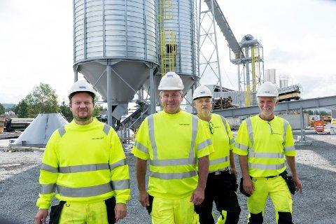 KLARE PÅ NY FABRIKK: Sju år etter at Follum ble lagt ned har Tommy Fjeldstad (36), Krister Jansson (55), Olav Knutsen (53) og Bjørn Olav Bråten (60) fått nye jobber innen treforedling på Ringerike.