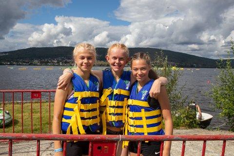 NÅ ER MOROA I GANG: – Kom på festival, sier Linnea Klevengen (12), Tyra Vangli (13) og Leonora Glemmestad (12), alle fra Jevnaker.