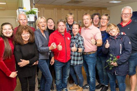 AP-JUBEL: Morten Lafton og resten av deltakerne på Arbeiderpartiets valgvake i Jevnaker kunne slippe jubelen løs.