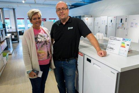 HANDLET PÅ ÅPNINGSDAGEN: Linda Hagen fra Hønefoss kjøpte oppvaskmaskin av Lars Edvardsen da Skousen åpnet butikk på Hvervenkastet.