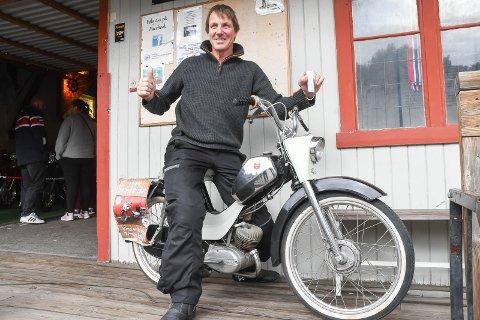 GLAD VINNER: Per Lindahl fra Tyristrand hadde grunn til å juble etter å ha vunnet den flotte veteranmopeden.