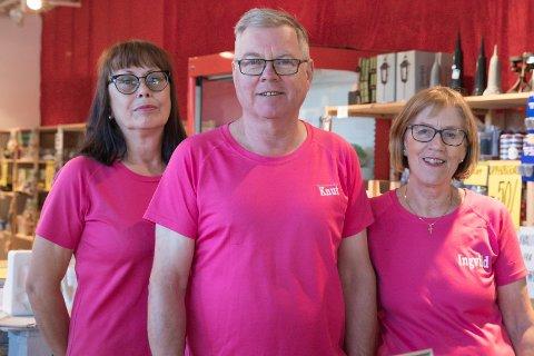 HAR FORTSATT HÅP: Grethe Sæther, Knut Henriksen og Ingvild Henriksen har håp om at de kan fortsette i en jobb de trives med, i nye lokaler.