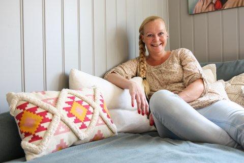 KJÆRLIGHET FOR GJENBRUK: Mariann Lien (36) kjøper helst det de trenger brukt. Sofaen og flere av pynteputene er gjenbruk.