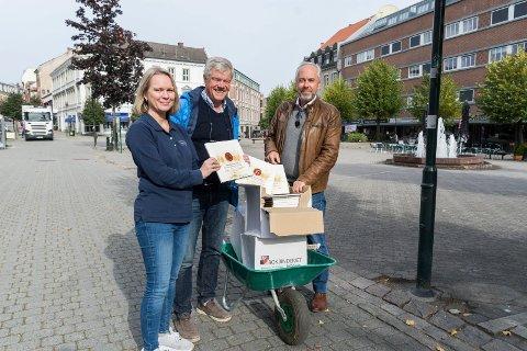 TIL BOKHANDELEN: Monica Bergsrud hos Norli fikk levert et trillebårlass med bøker fra Jan Solberg og Jan Helge Østlund.