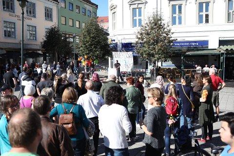 PROTESTAKSJON: Rundt 200 mennesker møtte opp på Søndre torg for å vise at de tar avstand til SIANs tankegods.