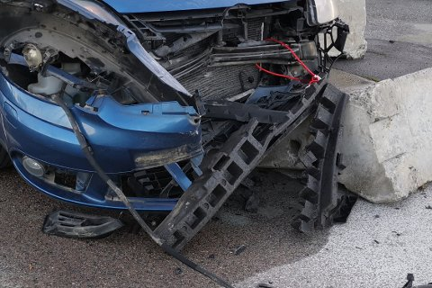 STORE SKADER: Bilen fikk store skader i fronten etter kollisjonen med betongklossen.